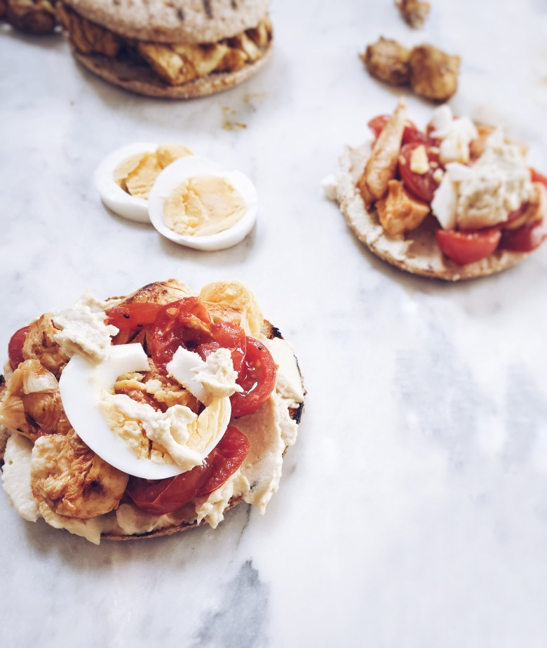 sanwich de huevo duro, pollo y tomatitos
